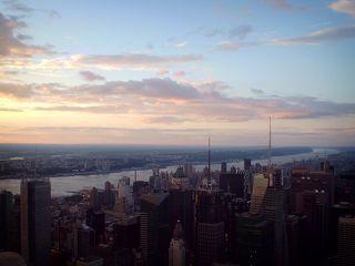 Строительство Эмпайр Стейт Билдинг (Empire State Building) началось 17 марта 1930 г. в Нью-Йорке.  Свое название башня получила в честь американского штата Нью-Йорк, который также называют «Имперский штат» (Empire State).