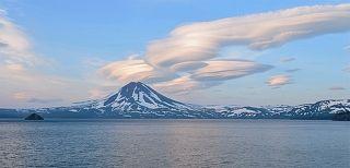 Облака на Курильском озере Лентикулярные облака над вулканом Ильинский в Южно-Камчатском заказнике
