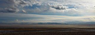 Панорама степи с горных отрогов. Чуйская степь зимой, начало Января. Зима в Чуйской степи сопровождается ветрами поднимающими в воздух пыль и песок. Эта межгорная котловина  дно которой находится на высоте 1750- 1850 м. над уровнем моря- самое засушливое место в России.  Знаменитая мумия \