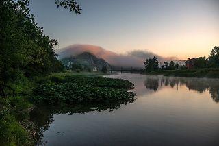 Южный Урал, раннее утро, туман наползающий с реки переваливает через гору