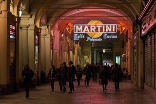 Под сводами галерей на рiazza San Carlo... В газетных киосках на площади продавались открытки один в один.