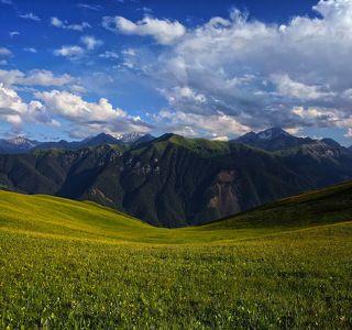 №1. Эта фотография - в каком-то смысле собирательный образ этих мест. Бархатные луга в обрамлении горных пиков... Мини-панорама из 2-х горизонтальных кадров.