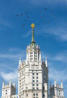 """Цифру """"70"""" в небе сложили самолеты МиГ-29 и Су-25"""