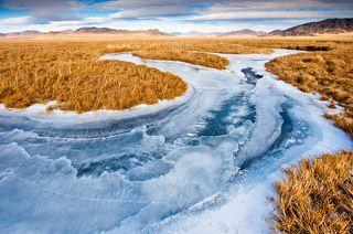 Октябрь, Алтай. Замерзшая река Кан прорезает Канскую степь