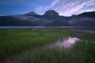 Безусловно, одним из живописнейших мест национального парка, является Черное Озеро (Crno Ezero). Оно расположилось аккурат у подножия гор на высоте 1413 метров.