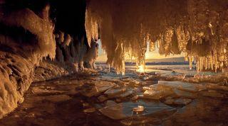 Заходящее солнце залило золотым светом обледеневший грот и сосульки засияли как драгоценные камни.