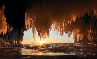 Солнце опустилось ниже, погрузившись в дымку над западным берегом Байкала, свет стал более тусклым и красным.