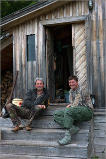 А вот и наши герои - Сергей Иванов и Николай Зиновьев на пороге своего штаба. По всему видать, совещаются, как бы половчее новых медвежьих шедевров наваять.