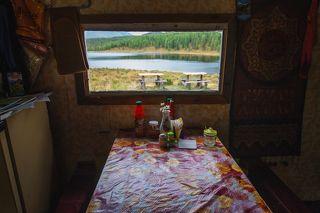 На Улаганском перевале в юрте вот такой телевизор с видом, который не у всякого городского жителя есть дома.