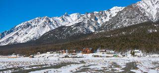 Посёлок в бухте Заворотной и склоны Байкальского хребта над ним.