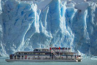 Несмотря но то, что кажется, что катер совсем рядом с ледником, на самом деле - до него около 250-300 метров, что больше заметно на других фотографиях.