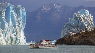 Катер попал в кадр, между разломом ледника, прорыв, которого произошел месяц назад.