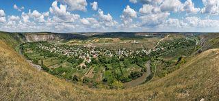 Панорама с южного склона. Внизу село Бутучень.