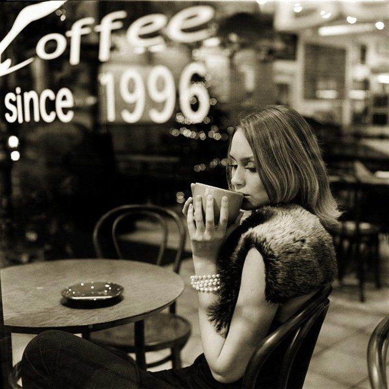 девушка в кафе В кафеphoto preview