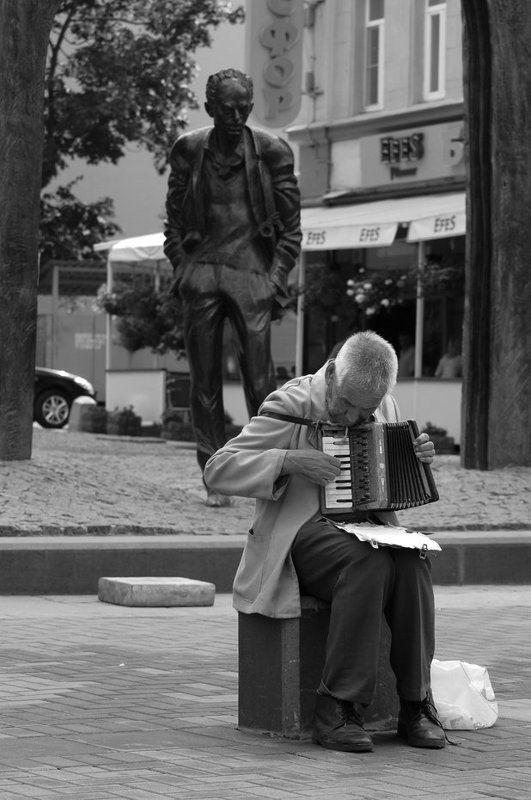 окуджава, бард, арбат, аккордеон, старик У памятника бардуphoto preview