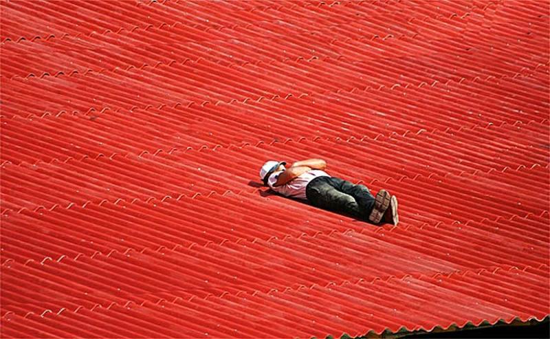мужик, крыша ОБЕДphoto preview