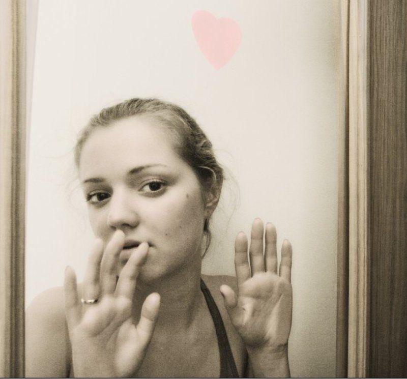 комната девушка дверь стекло рука ладонь за дверьюphoto preview
