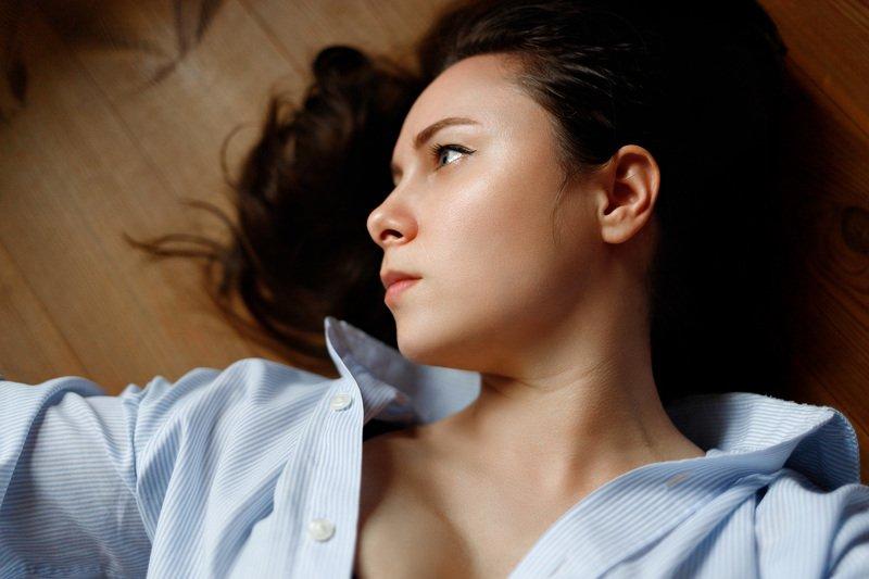 девушка взгляд портрет студия естественный свет Self-portraitphoto preview