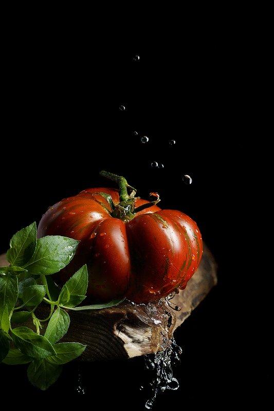 минимализм, всплеск, помидор, томат, low key, фудфото, предметная фотография Синьор Помидорphoto preview