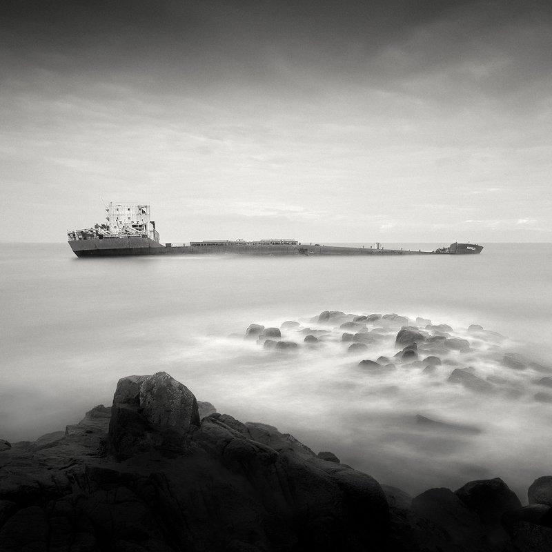THE DARK BEAUTY – GHOST SHIP SERIES / \
