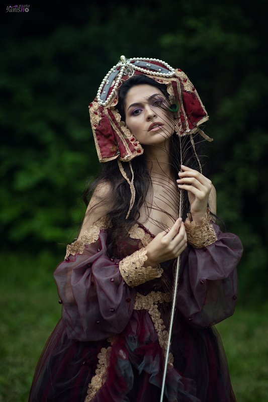 портрет, девушка, павлин, сад, фешн, вишневый, платье, брюнетка, арт Аленаphoto preview