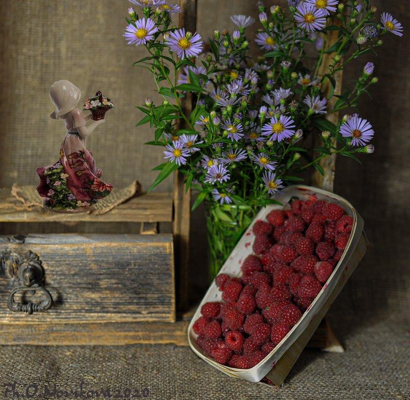 статуэтка,ягоды,малина,цветы ***photo preview