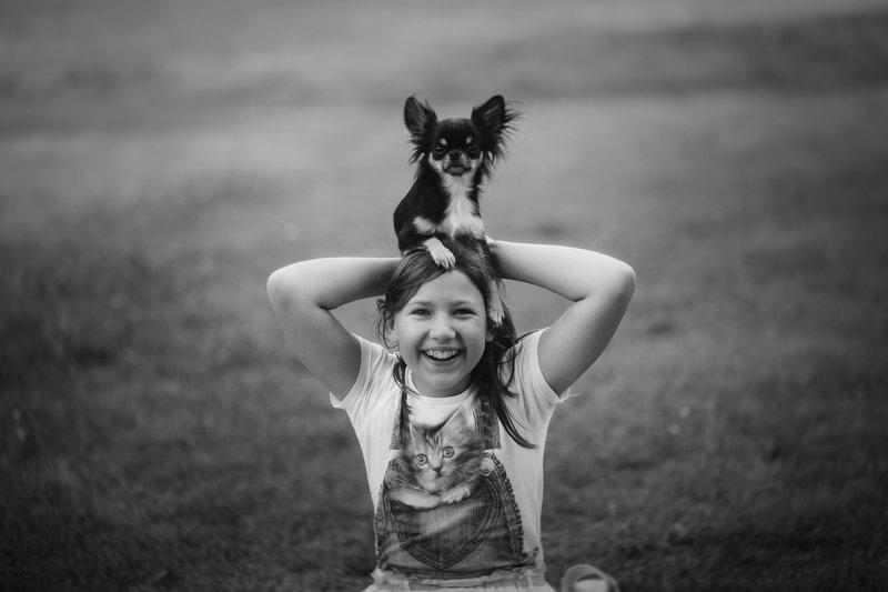 собака девочка жанровая фотография чернобелый портрет Друзьяphoto preview
