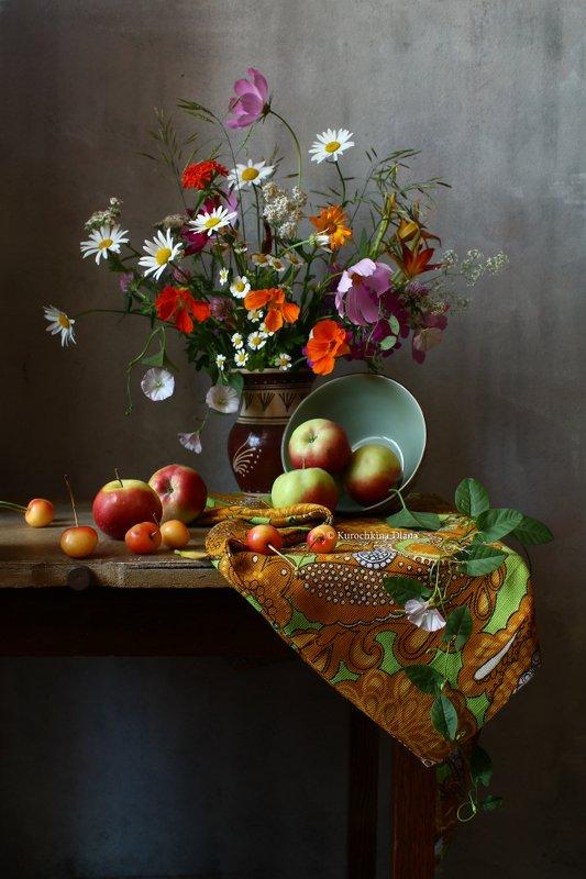 Букет и яблоки