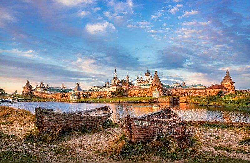 соловки, соловецкие острова, монастырь Монастырь и лодкиphoto preview
