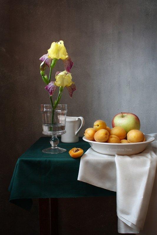 натюрморт, цветы, ирисы, фрукты, абрикосы с цветком ирисаphoto preview