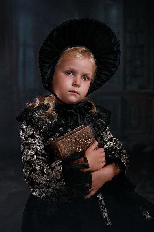 дети портрет девочка капор книга Взгляд в прошлоеphoto preview