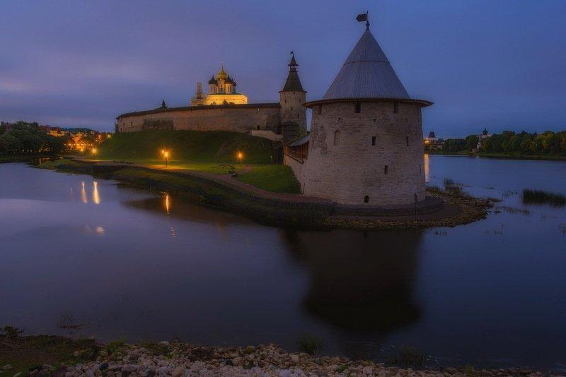 Псковский кремль (Кром) встречает рассветphoto preview