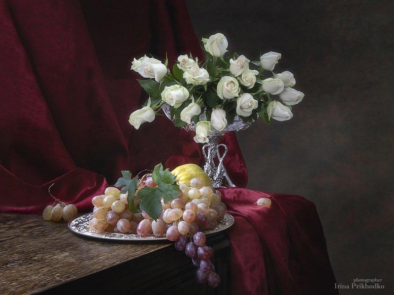 натюрморт, букеты, цветы, розы, виноград, художественное фото, винтажный Натюрморт с композицией из белых роз и фруктамиphoto preview