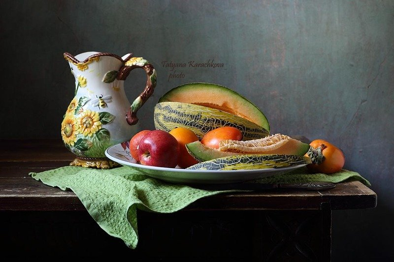натюрморт, дыня, хурма, яблоки, салфетка, кувшин Дыня и фрукты на зеленой салфеткеphoto preview