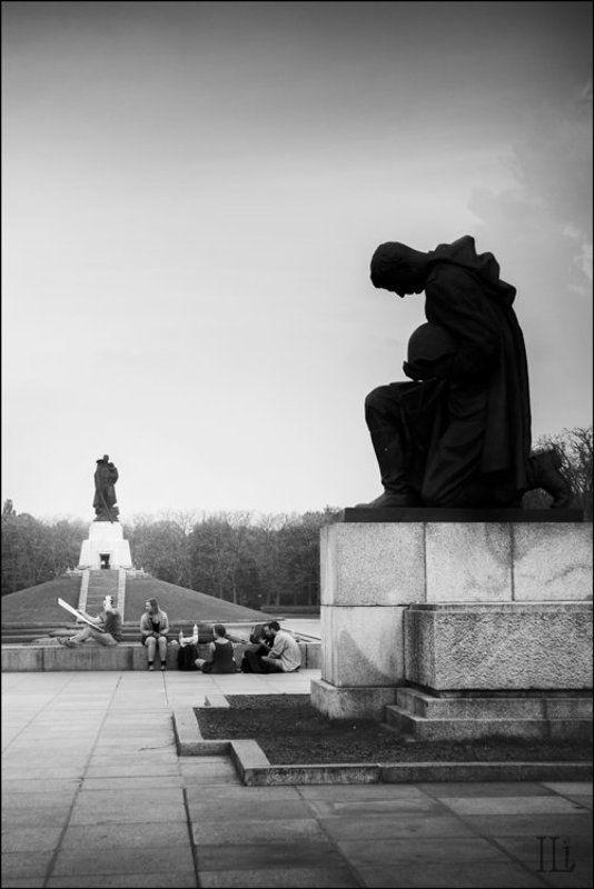 берлин, трептов-парк Немецкие студенты художники на пленэре в Трептов-паркеphoto preview