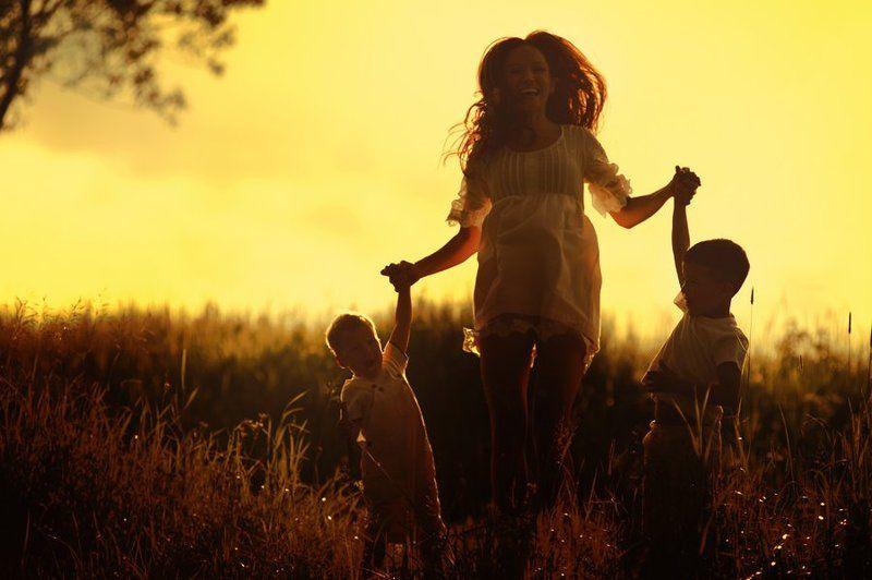 Картинка мама с ребенком со спины