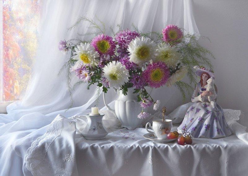 still life, натюрморт, фото натюрморт, осень, ноябрь,цветы, астры, статуэтка, фарфор, подсвечник, свеча, виноград, настроение ...и осень в бархатном портрете...photo preview