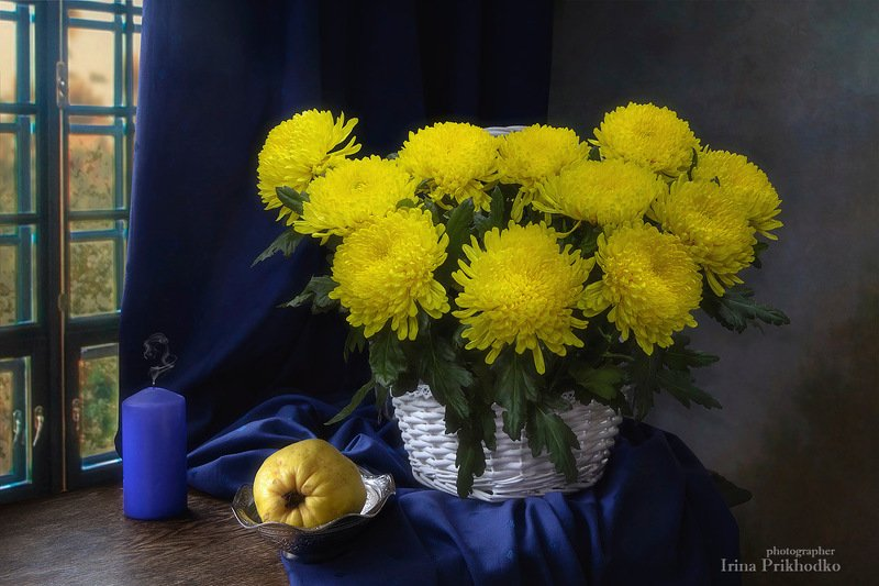 натюрморт,цветы, букеты, погасшая свеча, букет, айва, винтажный, корзина Натюрморт с желтыми хризантемамиphoto preview