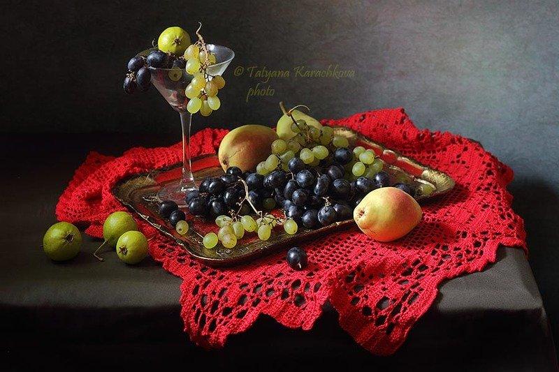натюрморт, яблоки, груши,виноград, осень, кувшин, вино, красный, салфетка Три натюрморта с фруктами на красной салфеткеphoto preview