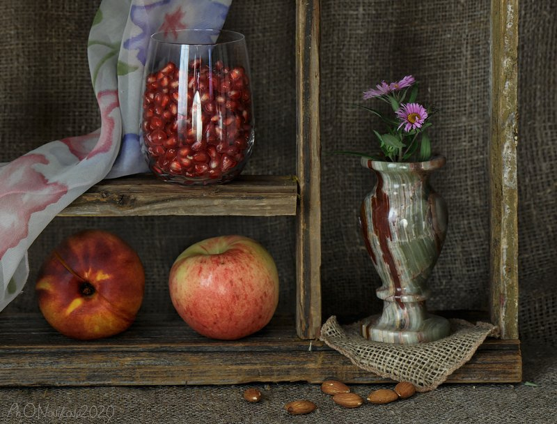 вазочка,цветы,яблоко,персик,зерна,гранат,платок,бокал,миндаль,циновка ***photo preview