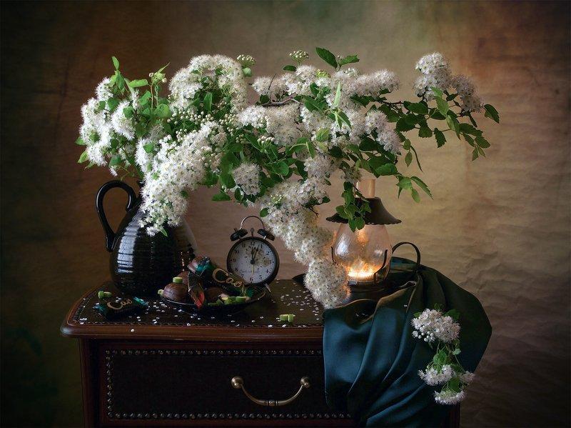 миламиронова, фотнатюрморт, спирея, цветы, букет, часы, лампа Спирея белая...photo preview