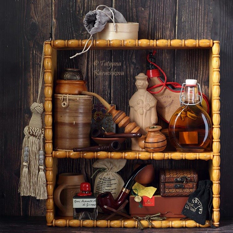 натюрморт, полка, трубка, бутылка, рюмка, шкатулка Композиция на полке с трубкамиphoto preview