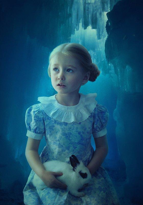 девочка, кролик, пещера, лёд *****photo preview