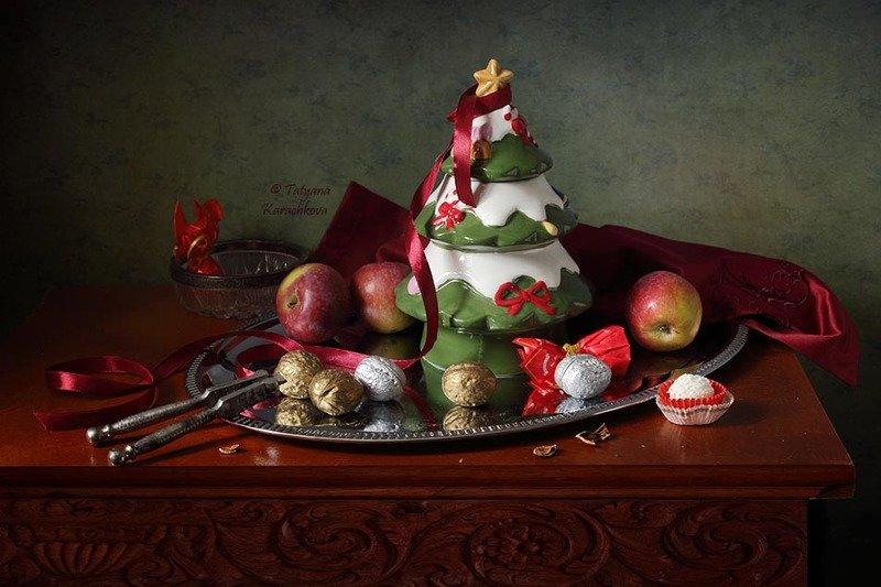 натюрморт, яблоки, орехи, елка Рождественское настроениеphoto preview