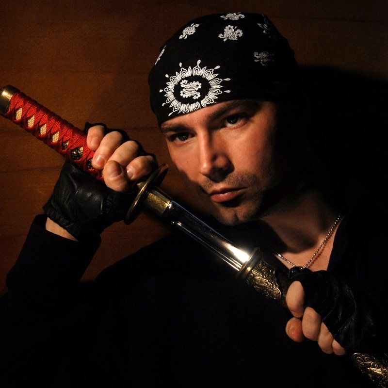 мужчина, меч, бандана, на встречу с опасностьюphoto preview