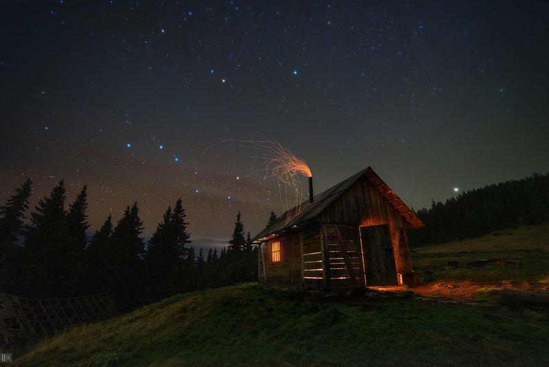 uranus235, nightphotoua, пейзаж, ночной пейзаж, ночь, небо, звезды, млечный путь, созвездия, метеоры, большая медведица, малая медведица, полярная звезда, горы, карпаты, черногора, украина, облака, дымка, полонина, колыба, дом, хата, печка, огонь, искры,  Колыба и медведиphoto preview