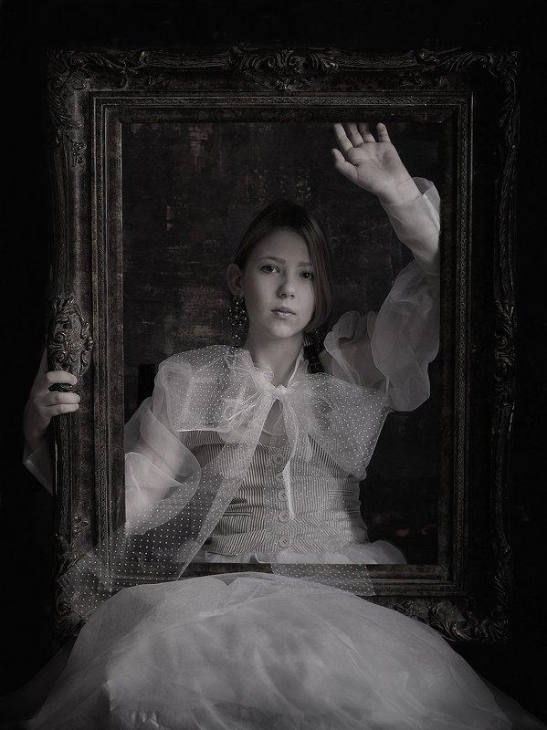 чб постановка девочка портрет с рамойphoto preview