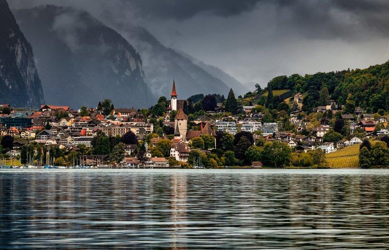 озеро, город на берегуphoto preview