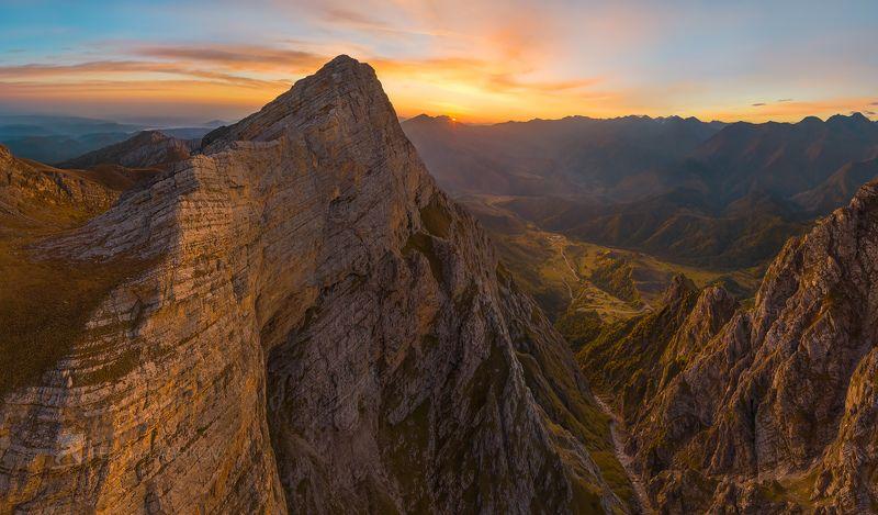 гора, кавказ, кавказские горы, ингушетия, цей-лоам, цейлом, хребет, скалы, скалистый, рассвет, осень, солнце, кавказ без границ, Скальный массив горы Цей-Лоамphoto preview