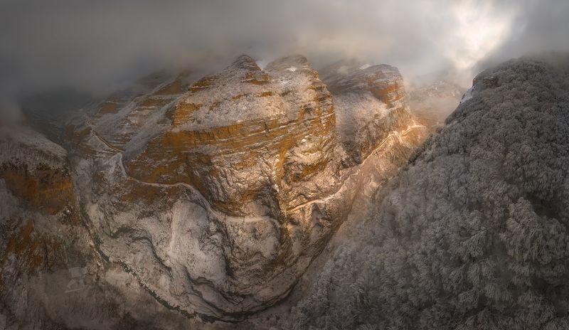 гора, кавказ, кавказские горы, черекская теснина, река черек балкарский, дорога, теснина, ущелье, иней, снег, зима, снежное, непогода, тучи, туман, скалы, скалистое, освещение, лес, в инеи, Черекская теснинаphoto preview